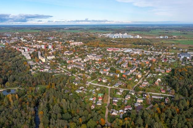 Bovenaanzicht van de stad dobele in de herfst, woonwijken en woonwijken, bossen en parken, letland