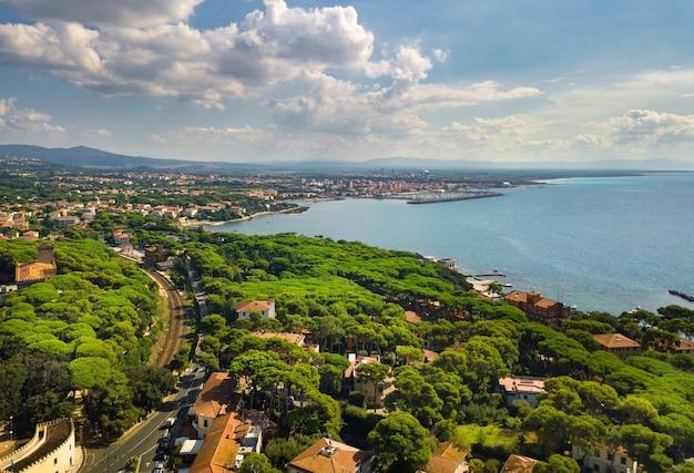 Bovenaanzicht van de stad en de promenade gelegen in castiglioncello in toscane. italië, livorno.