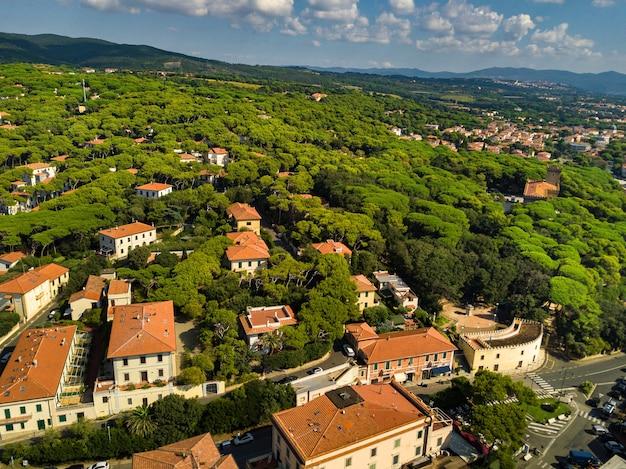 Bovenaanzicht van de stad en de promenade gelegen in castiglioncello in toscane