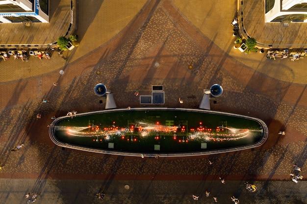 Bovenaanzicht van de stad fontein in het nieuwe district van minsk mayak hete zomer en vakantiegangers.