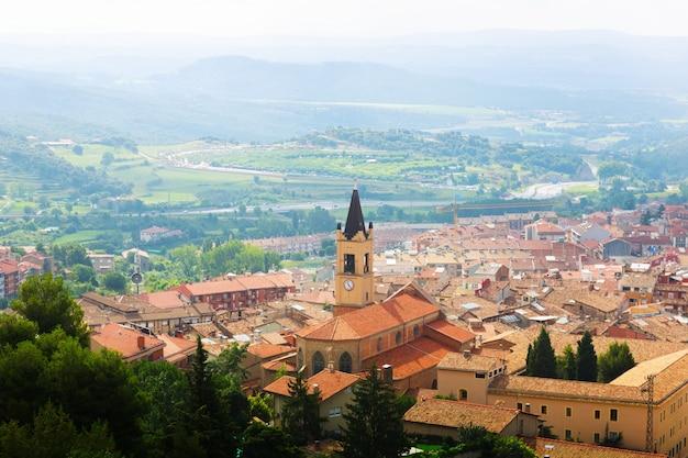 Bovenaanzicht van de stad in de pyreneeën. berga