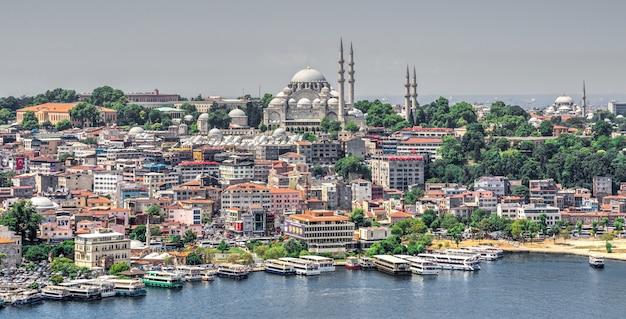 Bovenaanzicht van de stad istanbul en dock voor bosporusreizen in turkije