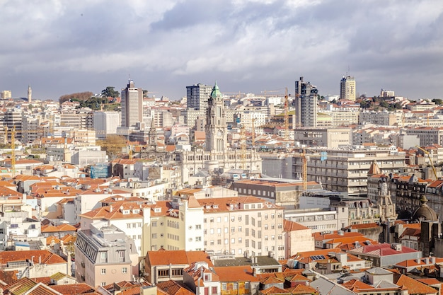 Bovenaanzicht van de stad porto in portugal. uitzicht op historische gebouwen en kerken.