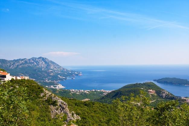 Bovenaanzicht van de stad rafailovichi met hooggebergte en zee