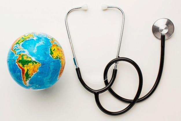 Bovenaanzicht van de stethoscoop met earth globe voor vredesdag