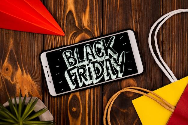 Bovenaanzicht van de telefoon met zwarte vrijdag bericht