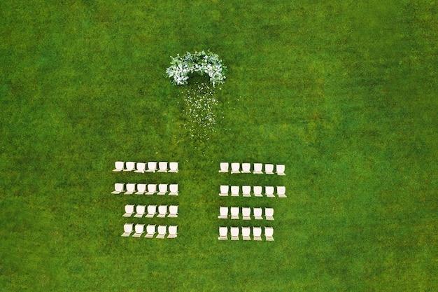 Bovenaanzicht van de trouwlocatie in een groen veld