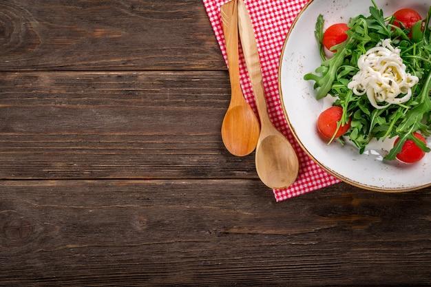 Bovenaanzicht van de vegetarische salade op een houten tafel