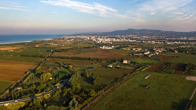Bovenaanzicht van de velden en de boulevard van vada in de toscaanse regio.italië.