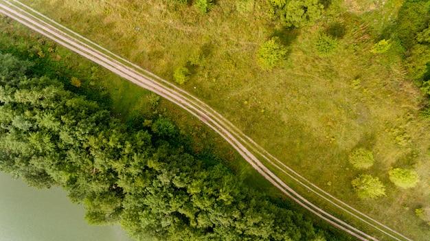 Bovenaanzicht van de veldweg loopt parallel aan de rivier.