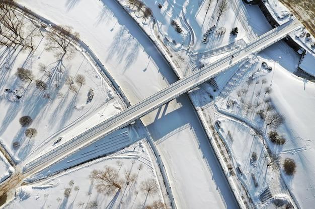 Bovenaanzicht van de voetgangersbrug over de bevroren svisloch-rivier in minsk. wit-rusland.
