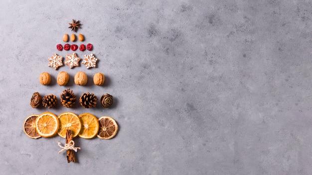 Bovenaanzicht van de vorm van een kerstboom gemaakt van gedroogde citrusvruchten en peperkoek