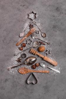 Bovenaanzicht van de vorm van een kerstboom gemaakt van keukengerei