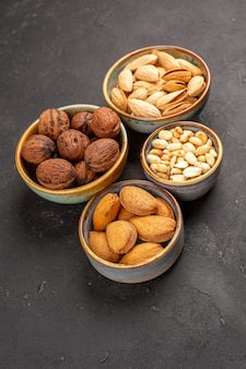 Bovenaanzicht van de walnoten van de notensamenstelling en andere noten op grijs oppervlak