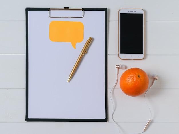 Bovenaanzicht van de werkplek van de ontwerper met smartphone, tablet en pen