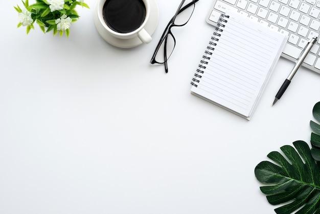 Bovenaanzicht van de werkruimte het toetsenbord, de bril, de muis en de werkuitrusting worden op het bureau geplaatst.
