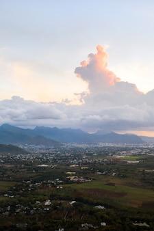 Bovenaanzicht van de zonsondergang stad en de bergen op het eiland mauritius, mauritius eiland.