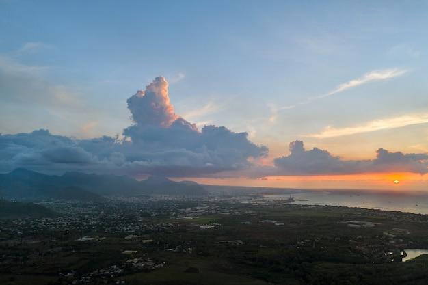 Bovenaanzicht van de zonsondergang stad en de bergen op het eiland mauritius, mauritius.