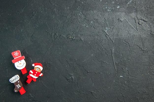 Bovenaanzicht van decoratieaccessoires voor het nieuwe jaar die aan de linkerkant op zwarte tafel liggen