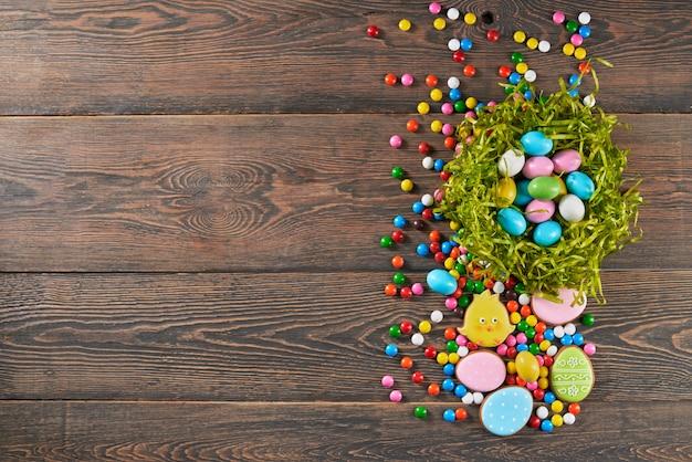 Bovenaanzicht van decoratieve nest vol met kleurrijke paaseieren