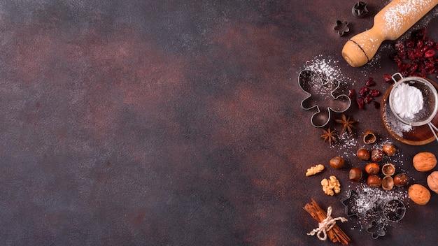Bovenaanzicht van deegroller met noten en kopieer de ruimte