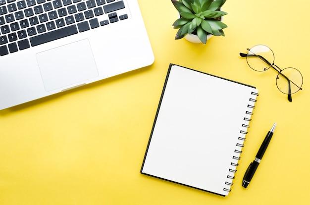 Bovenaanzicht van desktop met laptop en laptop
