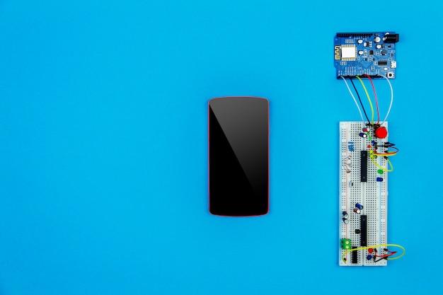 Bovenaanzicht van desktop van hardware engineer
