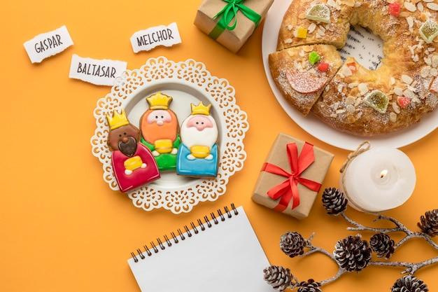 Bovenaanzicht van dessert met cadeautjes en drie koningen voor epiphany-dag