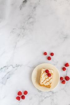 Bovenaanzicht van dessert met frambozen op marmer