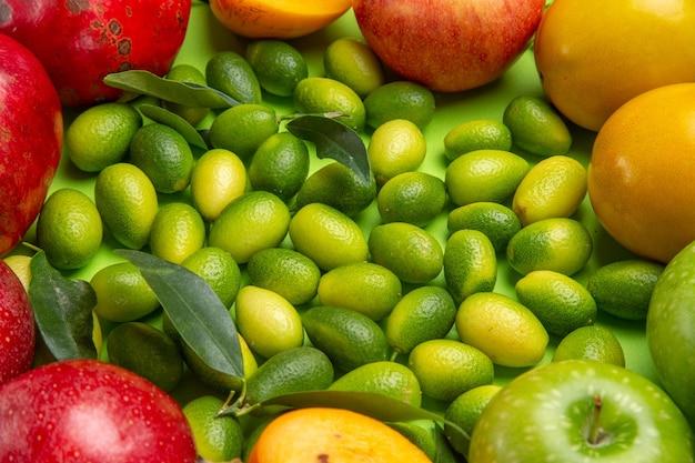 Bovenaanzicht van dichtbij fruit citrusvruchten appels granaatappels kaki op tafel