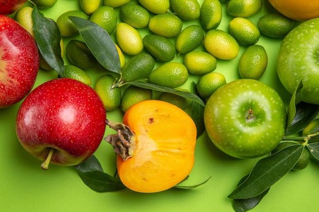 Bovenaanzicht van dichtbij fruit citrusvruchten rode en groene appels kaki