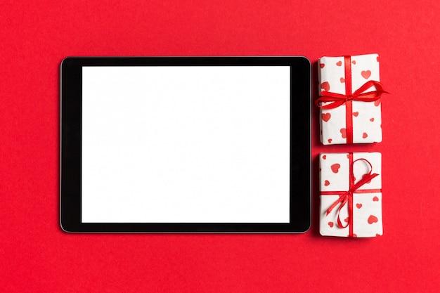 Bovenaanzicht van digitale tablet omgeven met geschenkdozen