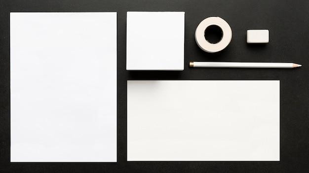 Bovenaanzicht van diverse documenten en kantoorbenodigdheden