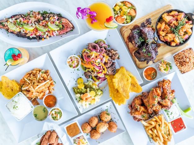 Bovenaanzicht van diverse smakelijke gerechten