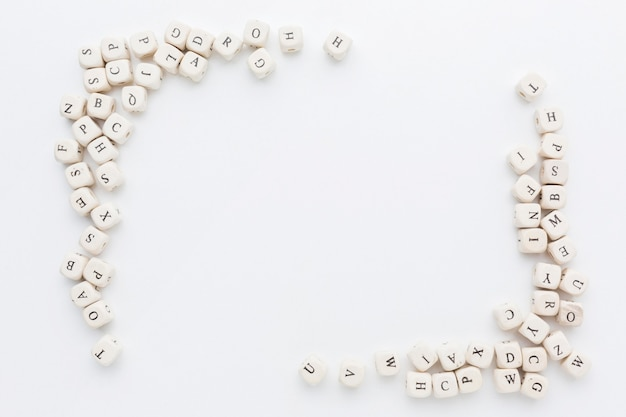 Bovenaanzicht van dobbelstenen alfabet frame concept