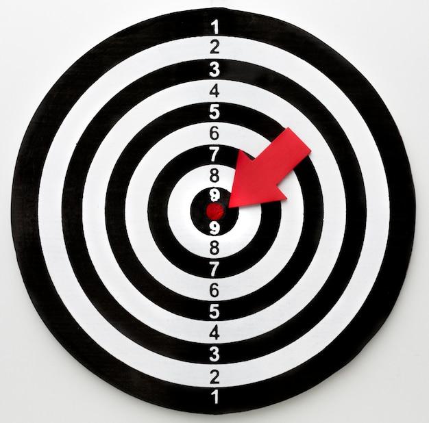 Bovenaanzicht van doel met pijl wijzend op bullseye