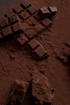 Bovenaanzicht van donkere chocoladeblokken stortte in stukken