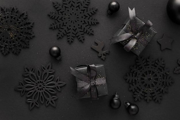 Bovenaanzicht van donkere kerstcadeautjes en decoraties