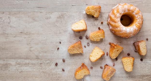 Bovenaanzicht van donut met rozijnen en kopie ruimte