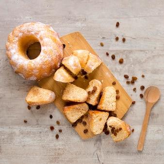 Bovenaanzicht van donut met stukjes en rozijnen