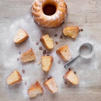 Bovenaanzicht van donut stukken met poedersuiker en rozijnen