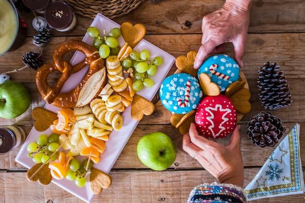 Bovenaanzicht van donuts in kerstavond-winterstijl met decoraties