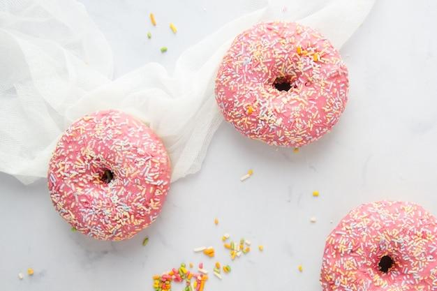 Bovenaanzicht van donuts met beglazing en hagelslag