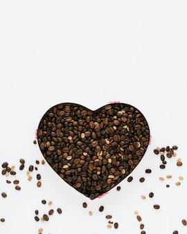 Bovenaanzicht van doos koffiebonen