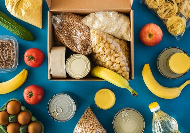 Bovenaanzicht van doos met voedsel voor donatie