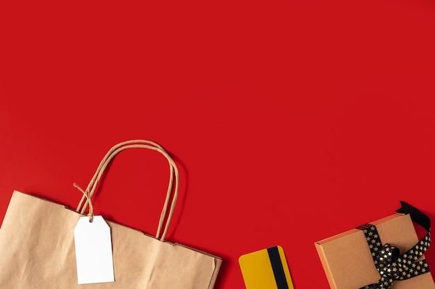 Bovenaanzicht van dozen papieren zak en cadeau met kopie ruimte voor tekst