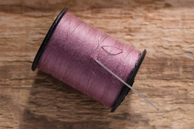 Bovenaanzicht van draadspoel met naainaald