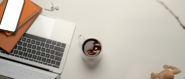 Bovenaanzicht van draagbare werkruimte met laptop en notebooks