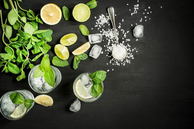 Bovenaanzicht van drankjes met citroen en munt