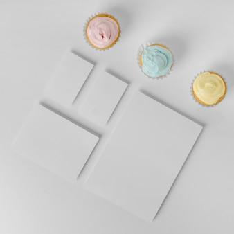 Bovenaanzicht van drie cupcakes met verpakking en kopieer ruimte